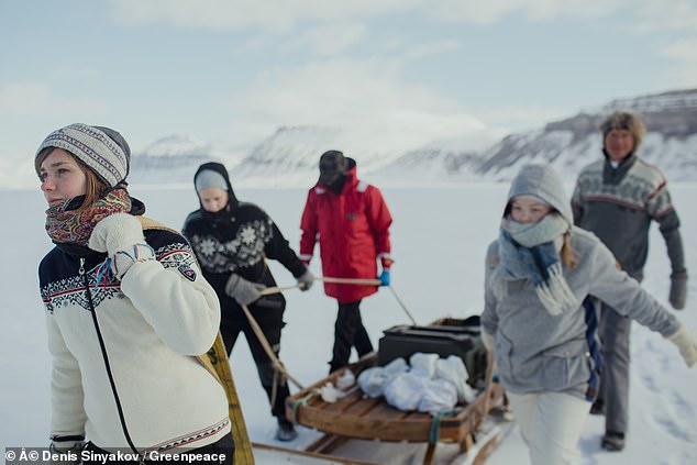 فرقة موسيقية تعزف بأدوات مصنوعة من الجليد  (1)