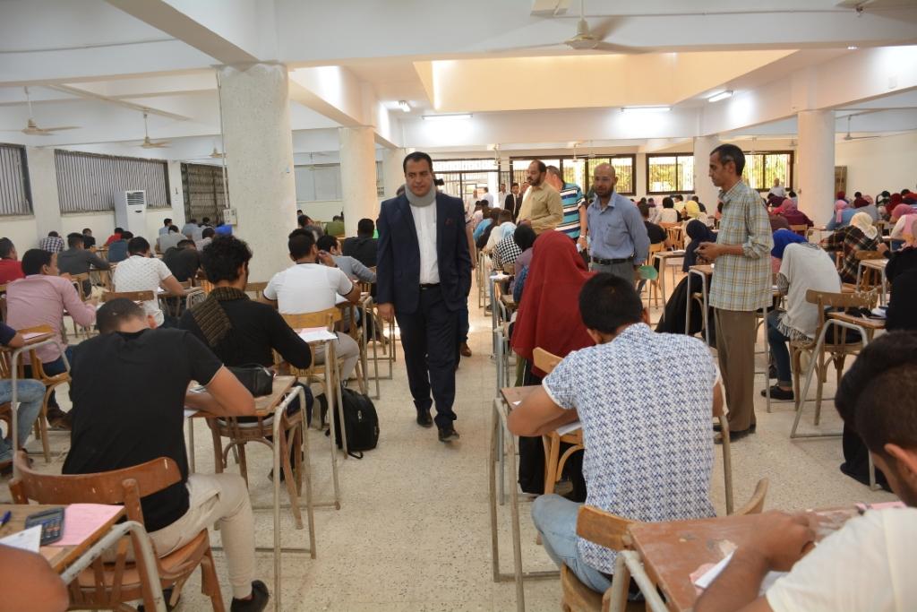 نائب رئيس جامعة أسيوط يتفقد لجان كلية التجارة (7)