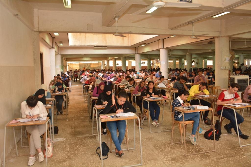 نائب رئيس جامعة أسيوط يتفقد لجان كلية التجارة (11)