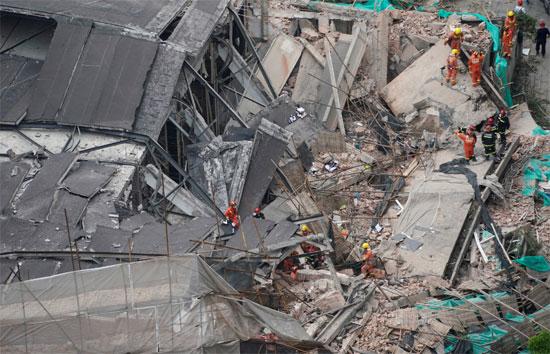 انهيار مبنى فى الصين (2)