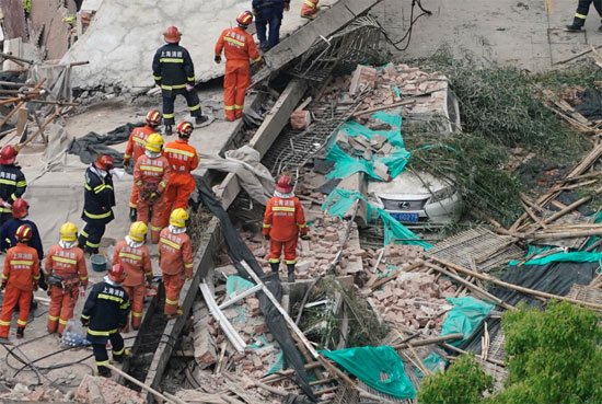 انهيار مبنى فى الصين (4)