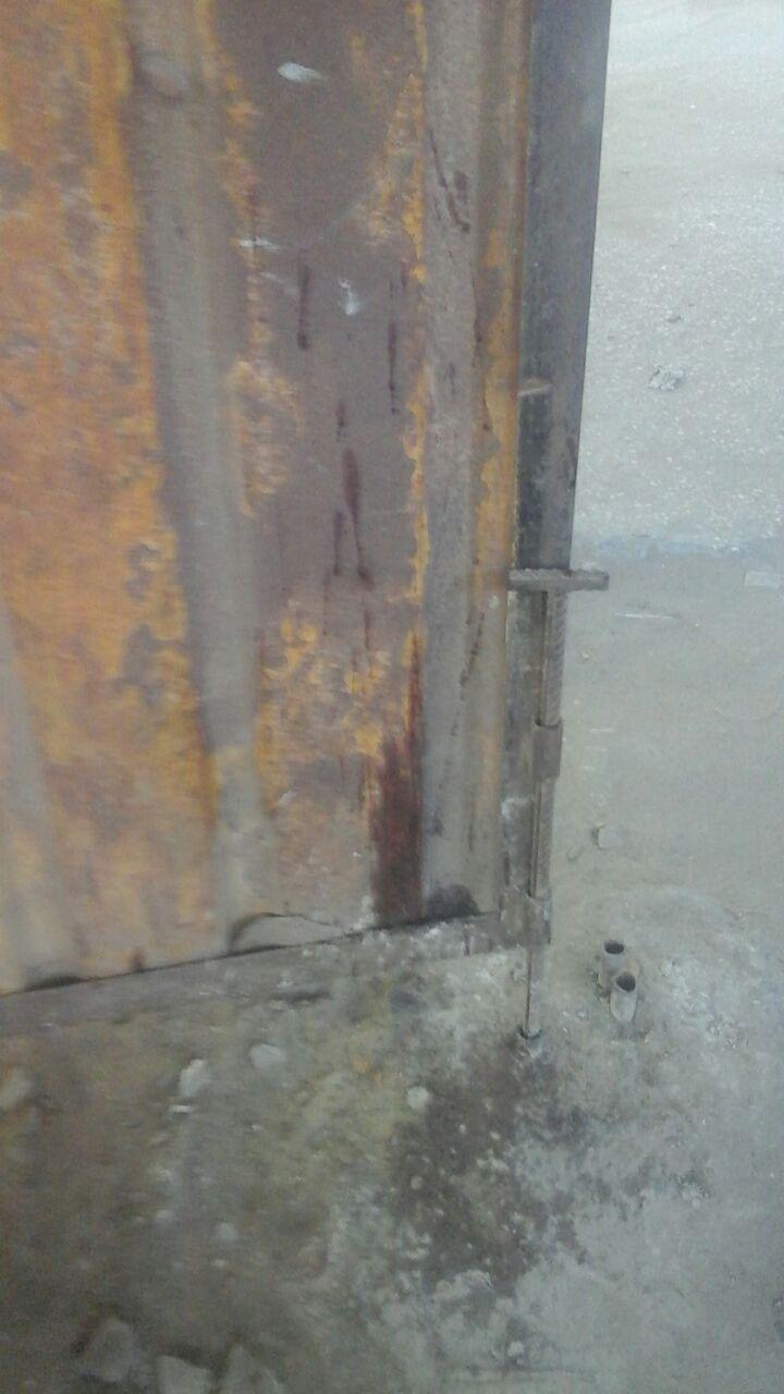 دماء الضحية على البوابة الخاصة بالسياج الحديدى