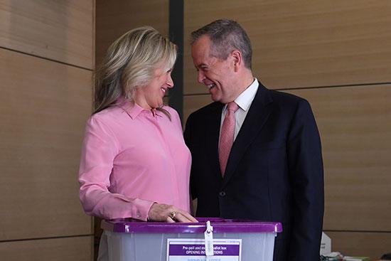 زعيم المعارضة الأسترالية بيل شورتن وزوجته كلوي أمام صندوق الاقتراع