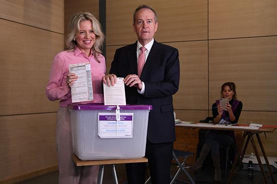 زعيم المعارضة الأسترالية بيل شورتن وزوجته كلوي يدليان بصوتهما