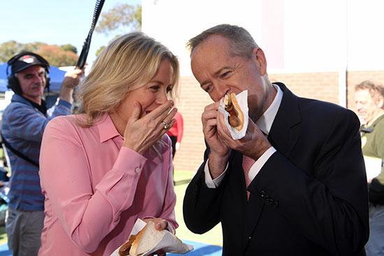 زعيم المعارضة الأسترالية بيل شورتن وزوجته كلوي يأكلان السندوتشات عقب التصويت