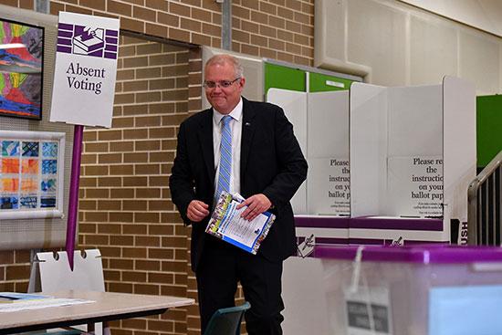 رئيس الوزراء الأسترالي سكوت موريسون يدلى بصوته