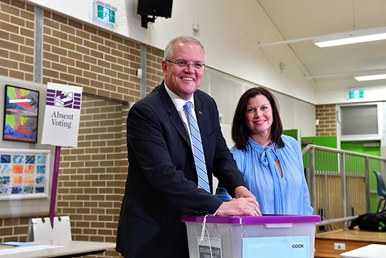 رئيس الوزراء الأسترالي سكوت موريسون وزوجته يدليان بصوتهما