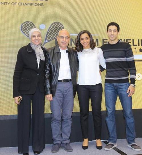 رنيم الوليلي مع زوجها طارق مؤمن واسرتها