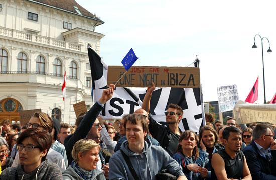 مظاهرات فى النمسا أمام مقر الحكومة  (7)