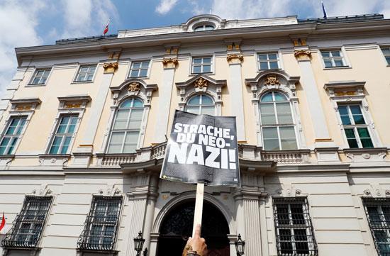 مظاهرات فى النمسا أمام مقر الحكومة  (2)