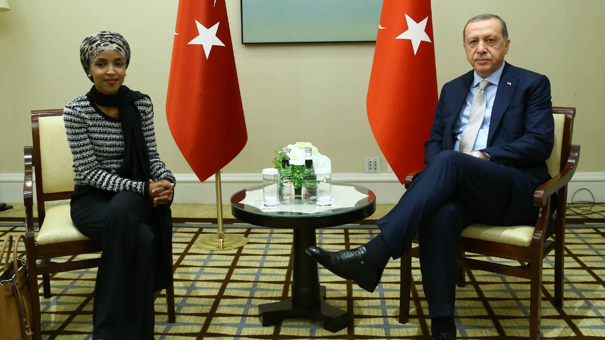 118900-الهان-عمر-وأردوغان