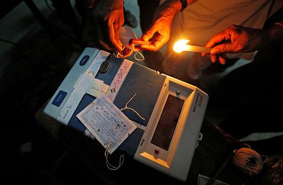 استخدام الشمع الأحمر لإغلاق صناديق الانتخابات فى الهند