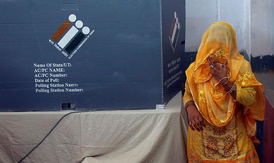 سيدة تدلى بصوتها فى الانتخابات التشريعية بالهند