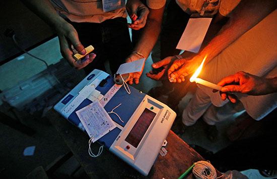 إغلاق صناديق الاقتراع فى الهند بالشمع الأحمر