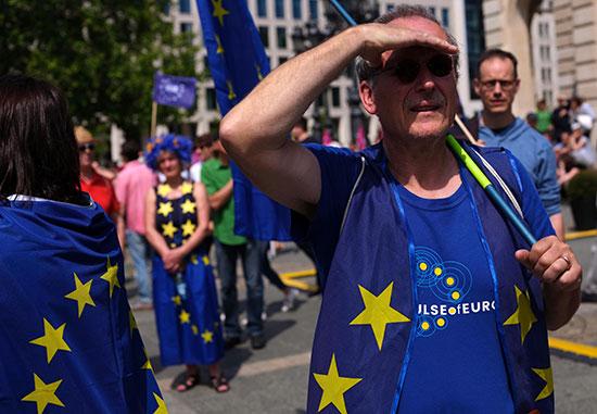 متظاهر نمساوى يرتدى سترة بشعار الاتحاد الأوروبى