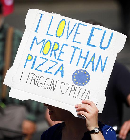 متظاهر يرفع لافتة للتعبير عن حبه للاتحاد الأوروبى