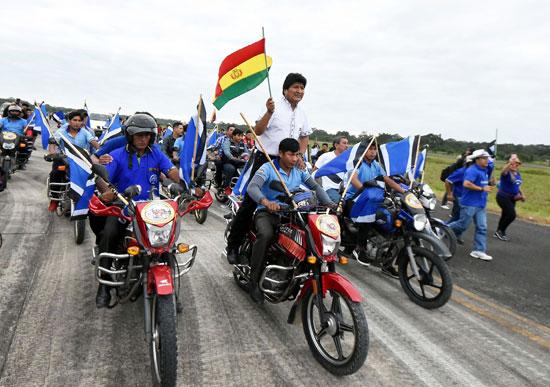 الرئيس-البوليفى-موراليس-يصل-لأنصاره-بدراجة-نارية