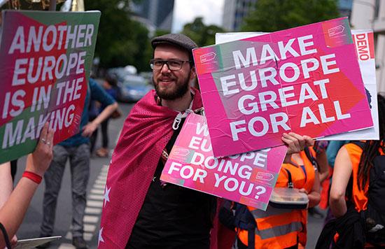 لافتات تدعو لجعل أوروبا عظيمة من أجل الجميع