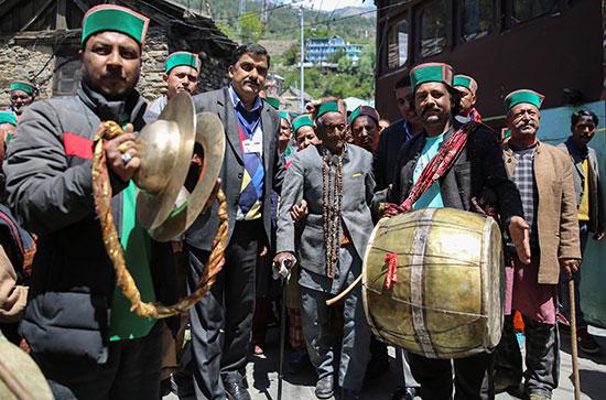 احتفالات أمام لجان الاقتراع فى الهند