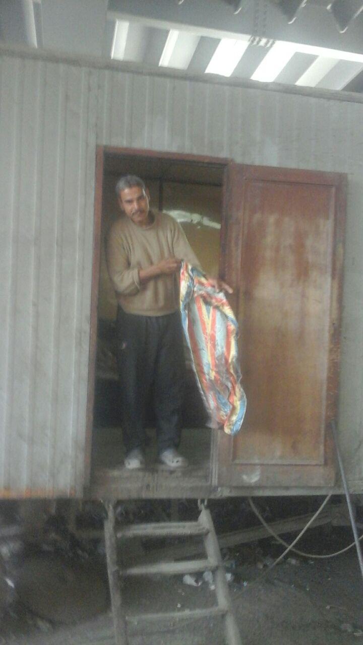 زميل الضحية يحمل فوطة ملطخة بدمائه