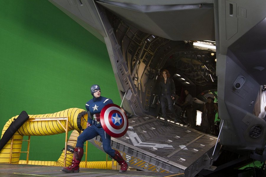 سكارليت جوهانوسن وكريس إيفانز في كواليس  (The Avengers (2012