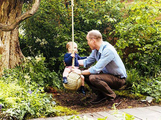 الأمير-وليام-يلهو-مع-ابنه-لويس