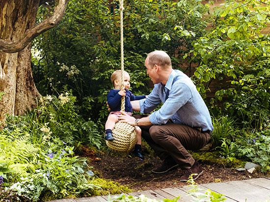الأمير وليام يلهو مع ابنه لويس