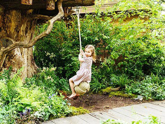 الأميرة-شارلوت-تلهو-على-الأرجوحة