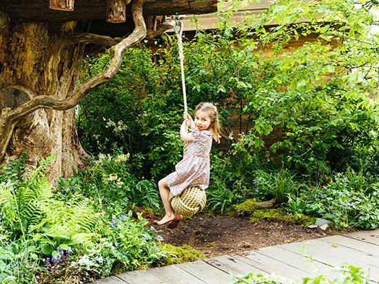 الأميرة شارلوت تلهو على الأرجوحة