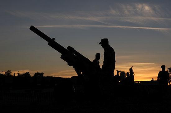 جندى أردنى يقف بجوار المدفع قبل أذان المغرب