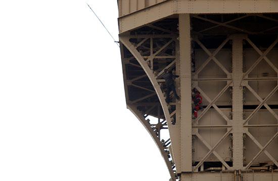 إخلاء برج إيفل بسبب تسلق شاب لواجهته