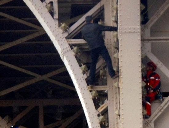محاولات للسيطرة على الشاب أعلى برج إيفل