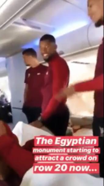 اصدقاء صلاح فى الطائرة