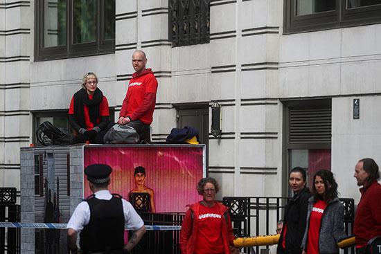 ضابط شرطة يقف أمام المحتجين فى لندن