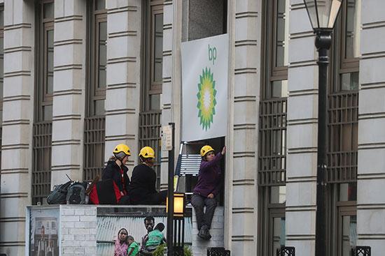 احتجاجات فى بريطانيا على التنقيب عن الغاز والنفط