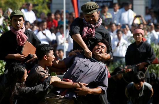 إعادة تمثيل مجازر الخمير الحمر ضد الكمبوديين يوم الغضب  (6)