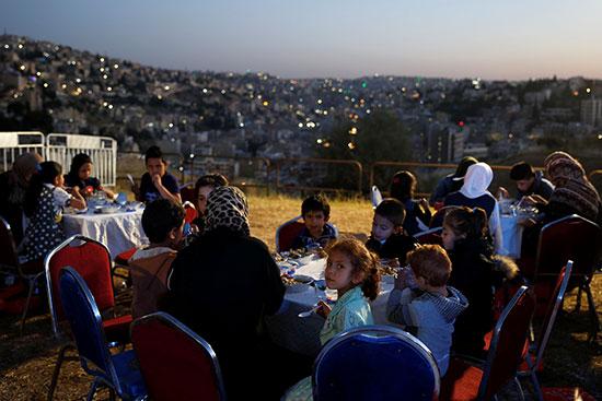 الأسر الأردنية تفطر على صوت مدفع رمضان