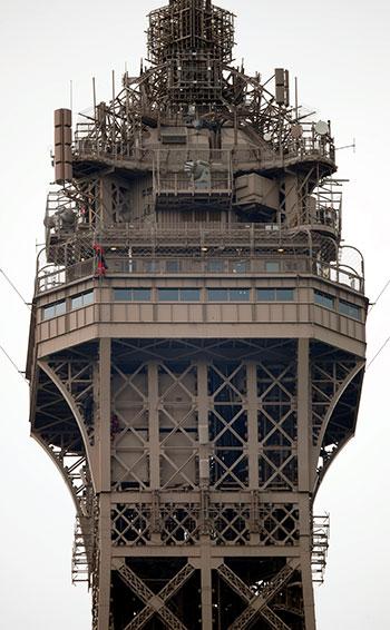الشاب يصل إلى قمة برج إيفل