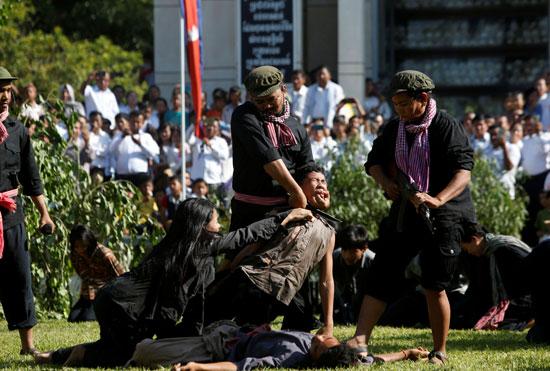 إعادة تمثيل مجازر الخمير الحمر ضد الكمبوديين يوم الغضب  (1)