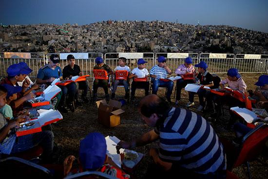 الاطفال يفطرون بعد إطلاق مدفع رمضان فى الأردن
