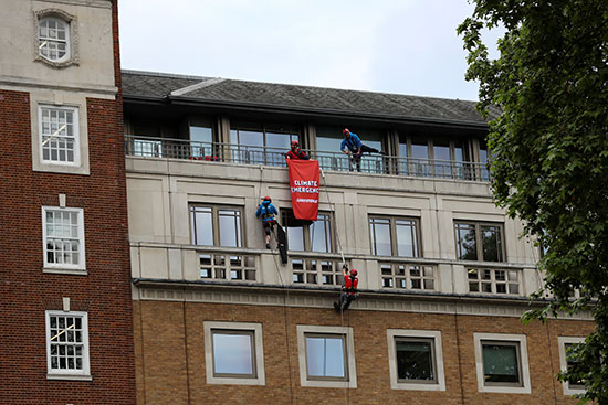 احتجاجات فى لندن ضد التنقيب عن الغاز والنقط