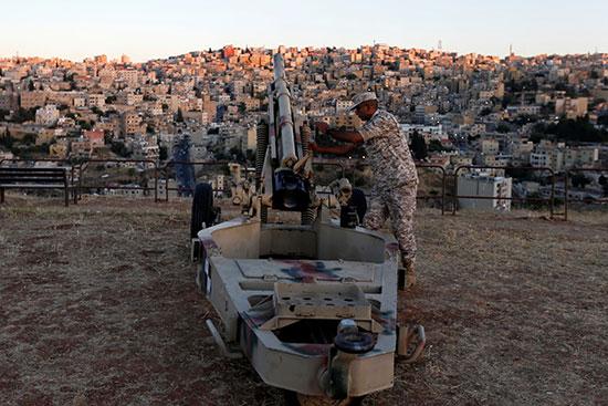 عسكرى أردنى يجهز المدفع لإطلاقه مع الإفطار
