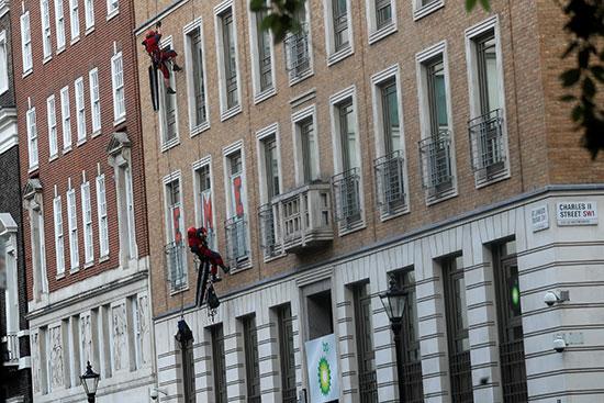 نشطاء يتسلقون مبنى شركة فى لندن