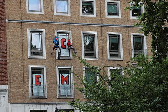 متظاهرو منظمة السلام الأخضر يتسلقون مبنى شركة بى بى