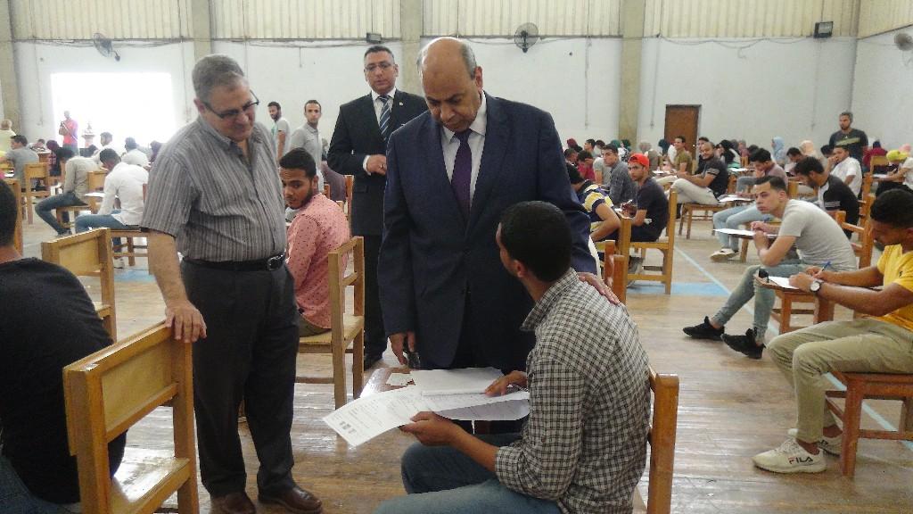جانب من جولة رئيس جامعة المنيا (1)