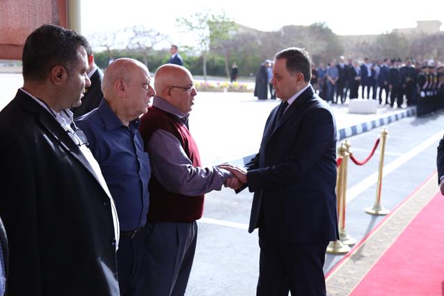 وزير الداخلية يقدم العزاء لأسرة الشهيد