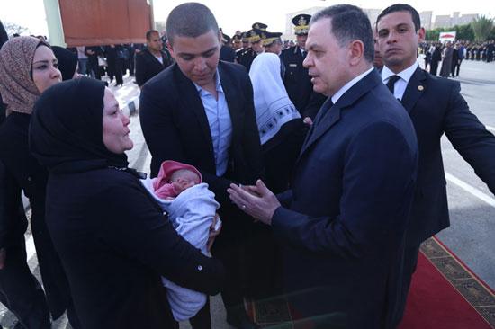 وزير الداخلية بصحبة أسرة الشهيد