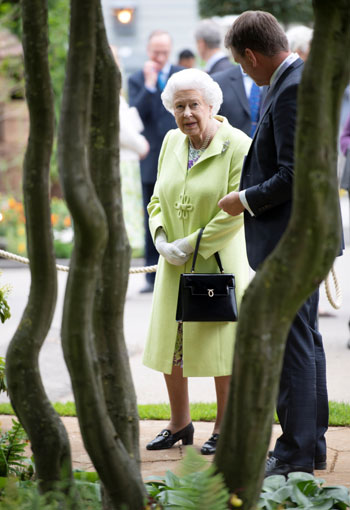 Queen Elizabeth of Britain at the Chelsea Flower Show (9)