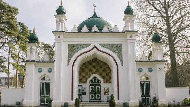 شارك كويليام في إنشاء ثاني أقدم مسجد بريطاني في بلدة ووكينغ