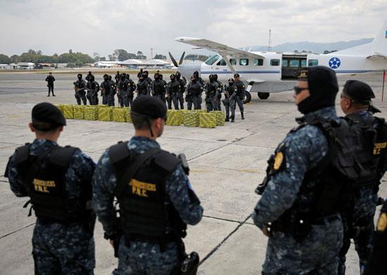 قوات الأمن عقب تنفيذ العملية وضبط المخدرات